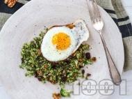 Рецепта Засищаща закуска с яйца, броколи, тиквени семки и червени боровинки